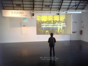 Ein junger Besucher des Wassermuseums mit dem Blick auf die Zukunft